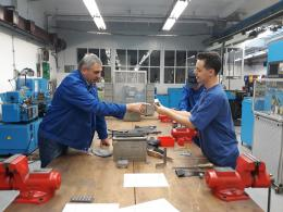 Mentor pomáhá při výrobě svěráku